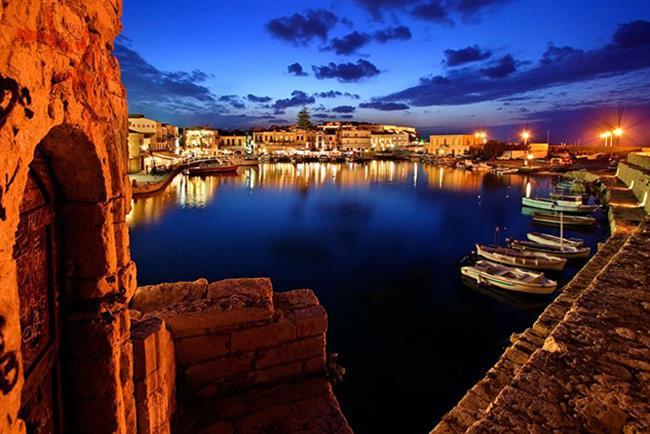 Girit  Yunanistan'ın en büyük adası, efsanelerin beşiği olan Girit, büyüklüğü ve farklı koylarıyla apayrı bir dünya. Akdeniz kültürünü doyasıya yaşayacağınız Girit'e, İstanbul'dan 1 saat 35 dakikalık bir uçak yolculuğu ile ulaşabilirsiniz.