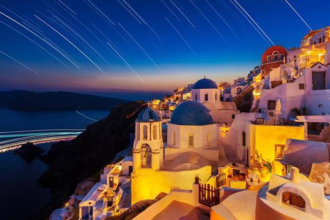Santorini   Birçok Yunan Adası'nın kendine has bir hikayesi olsa da, uygarlık tarihi boyunca büyük önem taşıyan Santorini'nin yeri bambaşka. Ege Denizi'nin incisi Santorini Adası, bir doğal afetin yarattığı, saf bir mucize aslında. Diğer yerlere nazaran ulaşması birazcık daha uzun süren bu büyülü adaya İstanbul'dan Atina aktarmalı olarak gidebilirsiniz. Ayrıca AtlasJet ve BoraJet'in başlattığı İstanbul - Mykonos uçuşları sayesinde Mykonos'a indikten sonra feribotla Santorini'ye geçiş yapmak münkün!