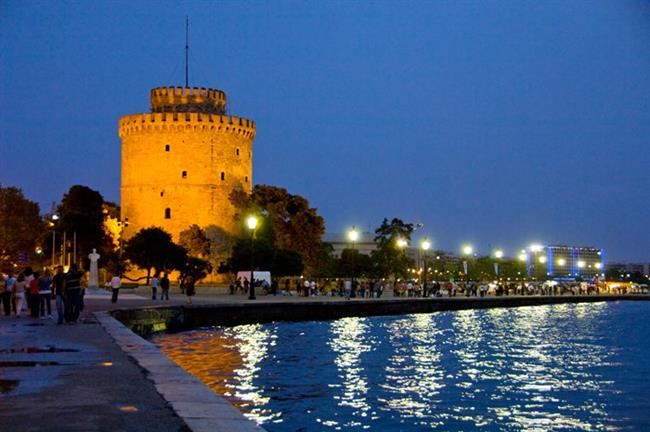 """Selanik   Yunanistan'ın """"İzmir""""i olarak ön plana çıkan Selanik, Türkiye'ye en yakın tatil yerlerinden biri. İzmir'in kordonunu andıran sahil şeridi, hareketli gece hayatı ve tarihi eserleri ile turistleri kendine çekiyor. İstanbul'dan uçakla Selanik, sadece 1 saat 20 dakika sürüyor."""