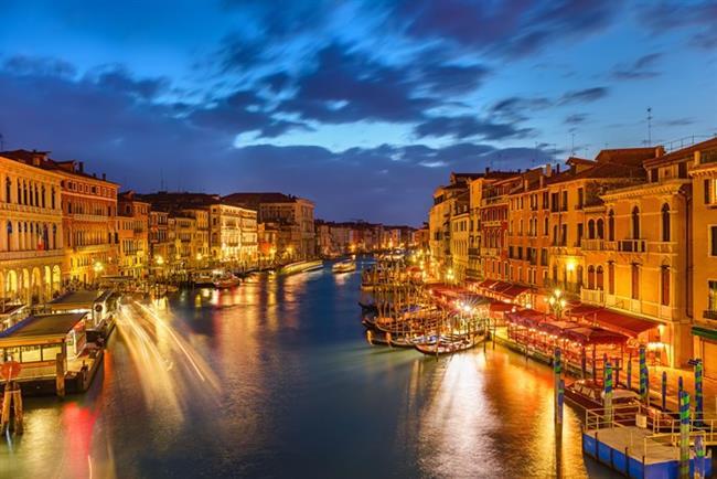 """Venedik   Venedik denilince """"Aşıklar Şehri"""" tanımını şak diye yapıştırıveririz çoğumuz. Ancak Venedik gibi bir Rönesans mucizesini sadece romantizmle kestirip atmak pek de doğru olmaz. Sanatın; özellikle görsel sanatlar ve müziğin anlam kattığı bu kente İstanbul'dan direkt uçuşlar bulunuyor ve yolculuk 2 saat 20 dakika sürüyor."""