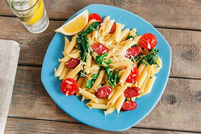Ispanaklı ve domates soslu makarna salatası tarifi  Gerekli malzeme: 1 paket dirsek makarna, 2 yemek kaşığı zeytinyağı   Üzeri için: 300 gr ıspanak, 200 gr lor peyniri  2 diş sarımsak, 3 domates, 2 yemek kaşığı zeytinyağı, tuz, karabiber