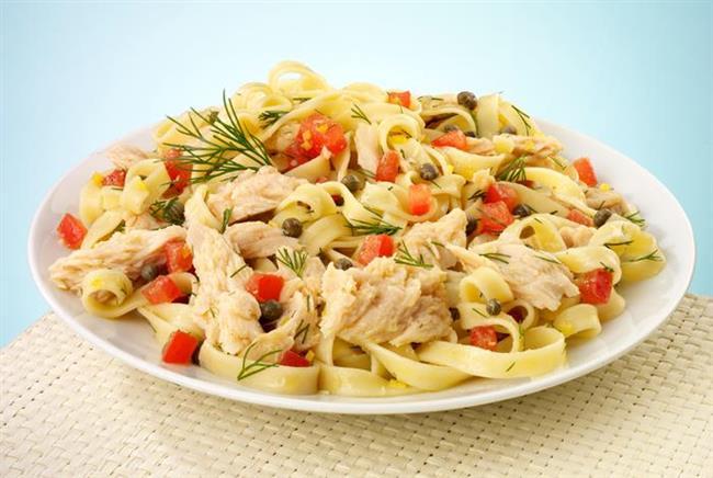 Hazırlanışı: Derin bir salata kasesine haşlanmış makarnayı alın. Üzerine zeytinyağı gezdirin. ikiye böldüğünüz kiraz domatesleri, zeytinle ince kıydığınız maydanozu ve ince kıyılmış fesleğeni ekleyip harmanlayın. Ton balığı da ekleyin. Sos için gerekli malzemelerini blenderi ile karıştırın. Salatanın üzerine sosu gezdirip servis yapın.