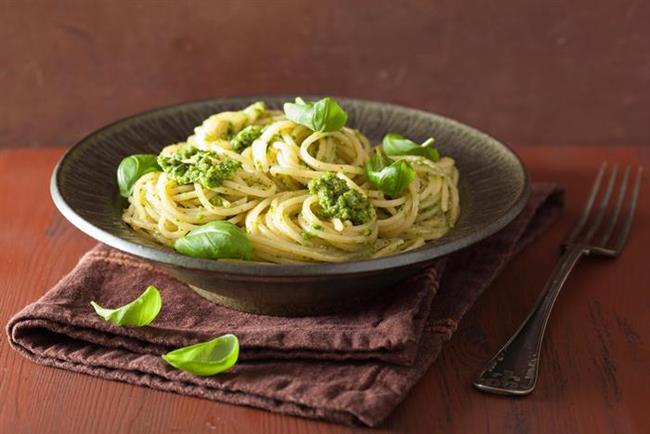 Pesto soslu makarna  Gerekli malzeme: 1 paket spagetti makarna, 2 yemek kaşığı zeytinyağı  Sos için: 1 çay bardağı zeytinyağı, 1 demet fesleğen, 25 gr dolmalık fıstık, 2 diş sarımsak, kiraz domates, 1 çay bardağı rendelenmiş parmesan peyniri, fesleğen, tuz, karabiber