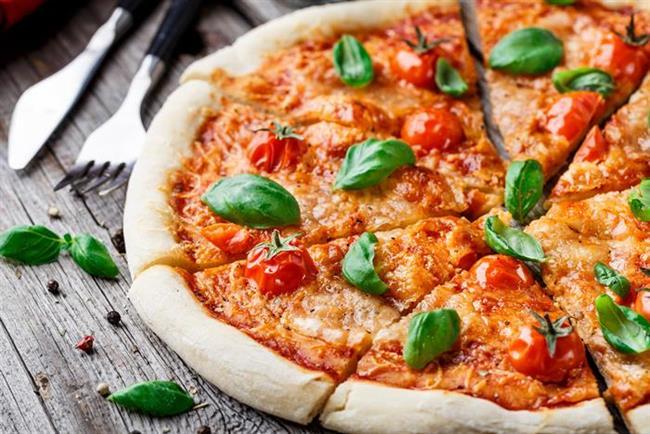 PİZZA MARGHERİTA  Neye İhtiyacın Var?  • 90 ml ezilmiş domates • 60 gr mozzarella; küp küp doğranmış • 5 büyük fesleğen yaprağı • 1 çorba kaşığı rendelenmiş eski kaşar • 1 çorba kaşığı sızma zeytinyağı • ½ çay kaşığı tuz