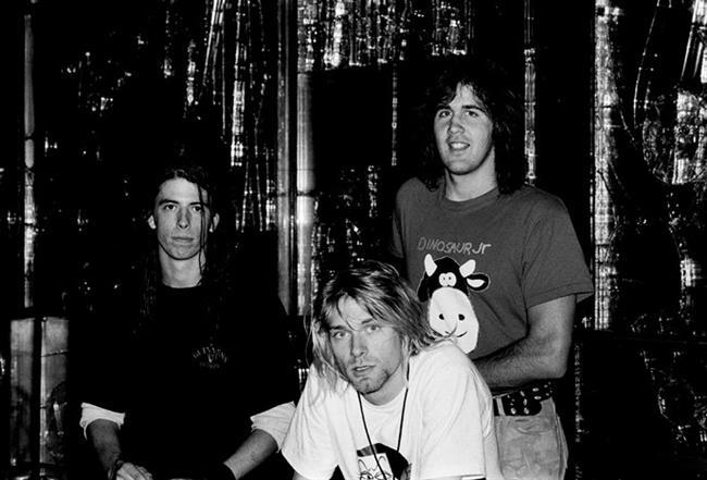 """Dünya berbat bir yer ve insanlar dürüst değil: Kurt Cobain  Nirvana grubunun vokali Kurt Cobain'in ölümü hakkında spekülasyonlar olsa da kayıtlarda ölüm nedeni intihar olarak geçiyor. 6 gündür kayıp olduğu öğrenildiğinde 8 Nisan 1994'te cesedi evinin garajında bulundu. Kotunu, gömleğini ve ayakkabılarını giymiş olan Kurt, göğsünün üzerinde bir pompalı tüfek ile sırt üstü uzanmış durumdaydı. Tek bir kurşun ile suratını dağıtmıştı. Cesedin yanında birtakım kişisel eşyalarla birlikte bir de intihar mektubu bulundu. Mektup """"sizi seviyorum, sizi seviyorum"""" sözcükleriyle sona eriyordu. 27 yaşındaydı.  (20 Şubat 1967 - 5 Nisan 1994)"""