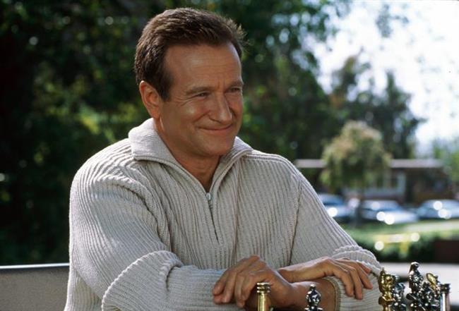 Herkesi güldürse de içi kan ağlayan palyaço hikayesi: Robin Williams  Filmlerini belirtmeye bile gerek yok. Onu hepimiz tanıyoruz. Bir neslin hep seveceği isim olarak akıllarda kalacak. Her daim gülümsediğini görsek de içinde bambaşka sıkıntıları olduğunu kendini asarak intihar ettiğinde öğrenmiştik. İntihar ettiğinde 63 yaşındaydı. Huzur içinde uyu Patch Adams... Huzur içinde uyu John Keating...  (21 Temmuz 1951 - 11 Ağustos 2014)