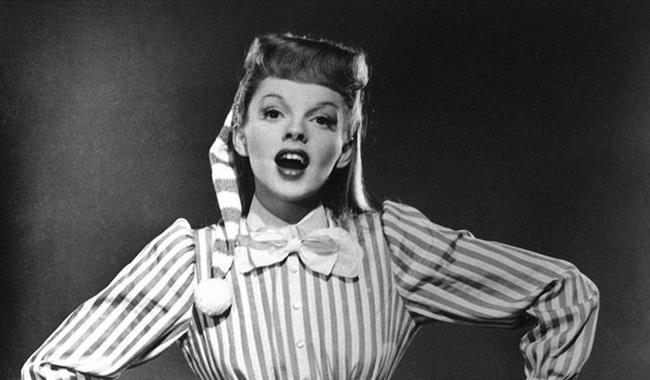 Onu Oz Büyücüsü filmiyle tanımıştık: Judy Garland  Oz Büyücüsü'yle (1939) sinemaya çocuk yıldız olarak başlayan, Somewhere over the rainbow şarkısıyla tüm dinleyenleri ağlatan Hollywood oyucularındandır. Birkaç kez intihara teşebbüs ettikten sonra 1969'da aşırı dozda ilaç nedeniyle 47 yaşında hayatını kaybetmiştir.  (10 Haziran 1922 - 22 Haziran 1969)