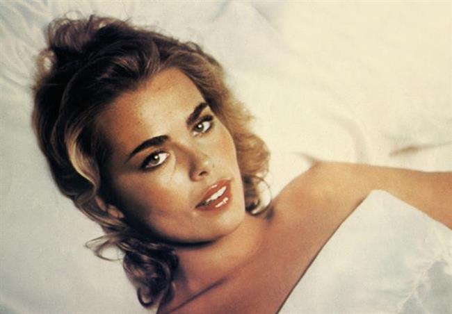 Dedesi gibi intiharı seçen aktris: Margaux Hemingway  Ünlü yazar Ernest Hemingway'in torunu olan Margaux Hemingway, Idaho'da bir çiftlikte büyüdü. 1970'li yıllarda Fabergé kozmetik şirketiyle iki milyon dolarlık modellik sözleşmesi yapan Margaux, aynı zamanda Vogue, Elle, Cosmopolitan, Harper's Bazaar gibi yayın organlarında fotomodellik yaptı. 1,83 m'lik boyu ve düzgün fiziğiyle ilgi çekerek aranan bir yüz olmayı başaran sanatçı, daha sonra kamera karşısına geçti. 1984 yılında yaşadığı bir kayak kazasından sonra depresyona girdi. Yaşamı boyunca olumsuz biten evlilikler, alkol bağımlılığı, disleksi gibi sorunlarla uğraşan oyuncu, dedesinin ölüm yıldönümünden bir gün önce evinde 42 yaşındayken yüksek dozda uyku hapı alarak yine dedesi gibi kendi yaşamına son verdi.  (16 Şubat 1954 - 1 Temmuz 1996)