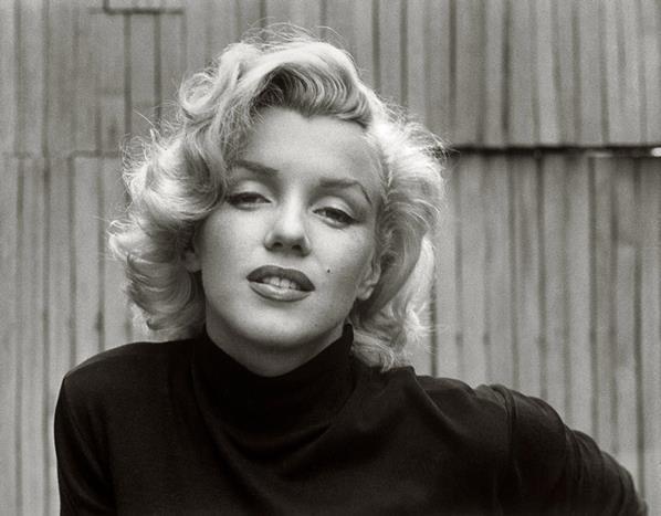 Bir güzellik ikonu: Marilyn Monroe  Kocası Arthur Miller'dan boşandıktan sonra depresyona girdi. 1962'de çekilen filmin setini aksattığı ve dönemin başkanı J.F. Kennedy'nin doğum günü için şarkı söylemeye gitmesi üzerine Fox şirketi tarafından filmden kovuldu, sözleşmesi iptal edildi ve film şirketi tarafından kendisine tazminat davası açıldı. Marilyn Monroe'nun filmdeki rol arkadaşı Dean Martin'nin başka bir aktrisle çalışmak istememesi üzerine işe geri alındı ve kendisiyle yeni bir sözleşme yapıldı. Ancak filmin çekimleri tekrar başlamadan önce yüksek dozda sakinleştirici ilaç alarak 5 Ağustos 1962'de Los Angeles'taki evinin yatak odasında henüz 36 yaşındayken hayata veda etti. Ölüm nedeni olarak CIA veya mafyanın da sebep olduklarına dair komplo teorileri konuşulmuştu.  (1 Haziran 1926 - 5 Ağustos 1962)