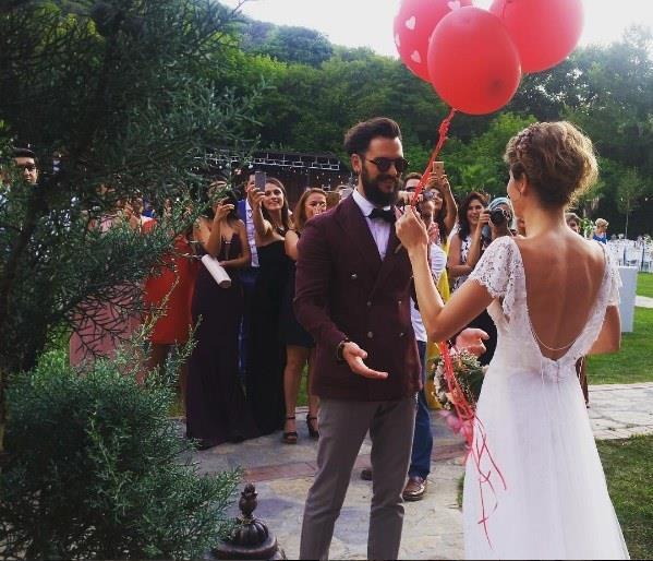 Hayat Şarkısı dizisinin Hülya'sı Burcu Biricik, uzun süredir birlikte olduğu reklamcı sevgilisi Emre Yetkin'le önceki gün evlendi.