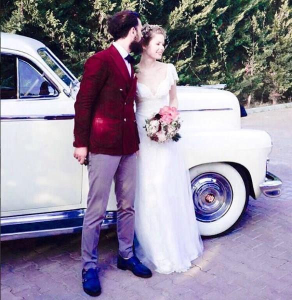 Dizide Burcu Biricik'in başrolü paylaştığı Birkan Sokullu törene katılmadı. Sokullu'nun, düğün öncesi Biricik'e telefonla mutluluklar dilediği öğrenildi.