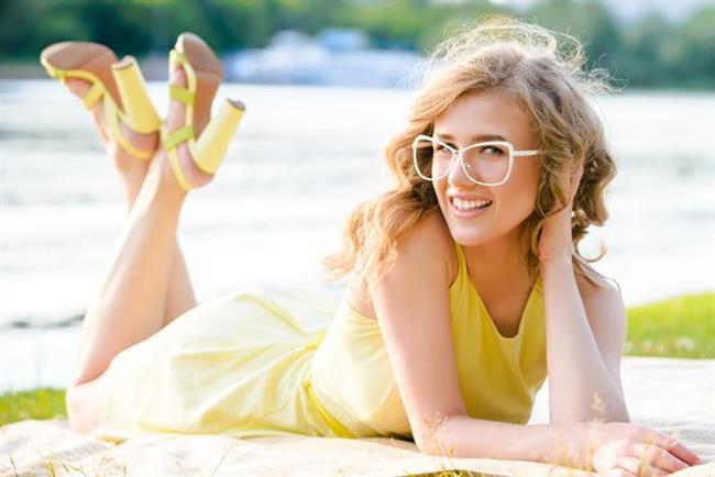 Güleç Sarı   Sarı yaratıcılığın yanı sıra iyimserliği de vurgular. Ancak dikkati en çabul çeken renk olması özelliğiyle 20 dakikanın üstündeki buluşmalarda yorucu olabilir. Hardal rengi, limoncello veya ayçiçeği renklerinden yakışanı seçip, bir aksesuarla birlikte kullanılması daha uygun…