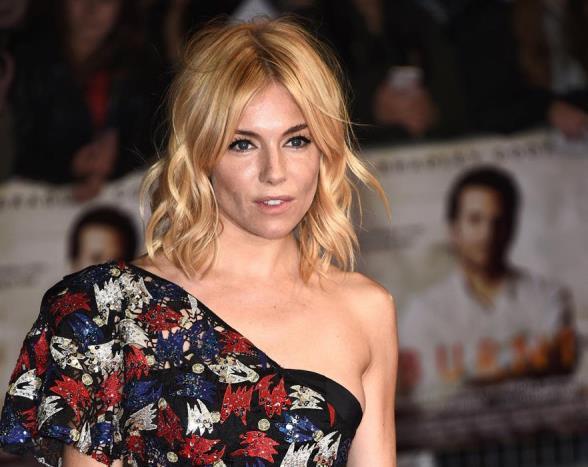 Boho chic denince akla gelen isimlerden biri olan Sienna Millerîn saçları da stilini yansıtıyor.
