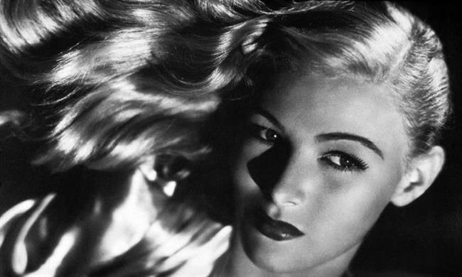 1940'lı yılların tüm görkemi ve zarafeti Veronica Lake'in stilinden yansıyor. Bu görünüm hala kırmızı halıda en çok tercih edilen stillerden biri.