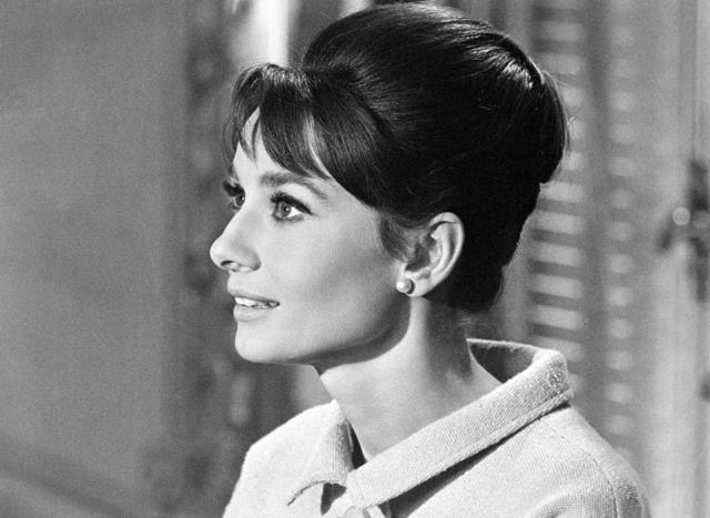 Hiç bir zaman vazgeçemediği kakülleri ve başının arkasındaki küçük topuzu ile Audrey Hepburn'ün bu görüntüsü hepimizin kafasına kazınmış durumda.
