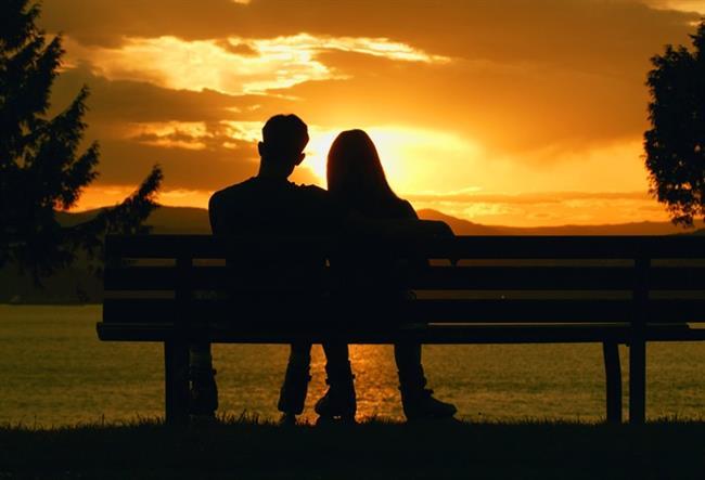 11. Manzaralar da Paylaştıkça Güzeldir  Sessizce oturup birlikte gün batımını izlemek kime iyi gelmez ki?  Kaynak: Onedio