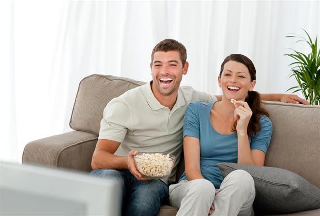 7. Beraber Film İzleme Alışkanlığı Edinin  Film izlemek de tıpkı birlikte kitap okumak gibi sohbet konularınızı zenginleştirecektir. Dahası beraber geçirilen ve keyif alınan yeni bir zaman dilimine de sahip olursunuz.