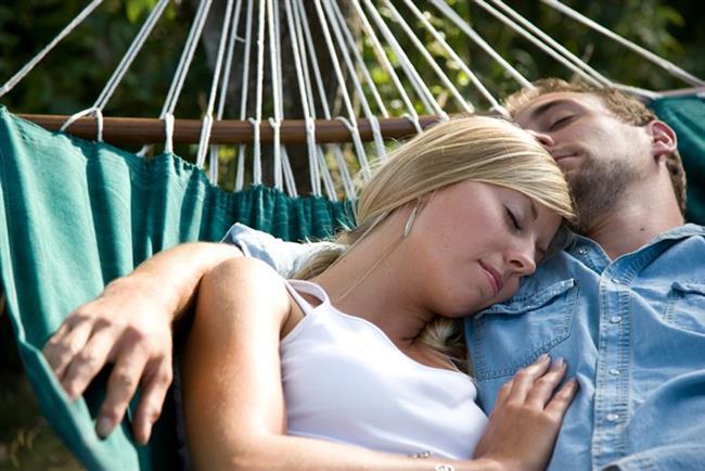 8. Birlikte Kestirin  Uykunuz bölünüp gözlerinizi bir süreliğine açtığınızda, hemen yanı başınızda sokulup sarılabileceğiniz biri varsa ne mutlu size.
