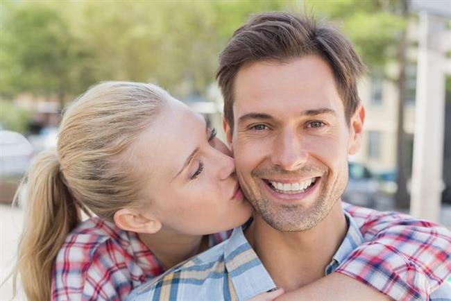 9. Sıradan Anlara Renk Katın  Biraz hesapsız olun. Apansız sarılın ya da yanağına bir öpücük kondurun. Hayatta her şey planlı yaşanmaz.