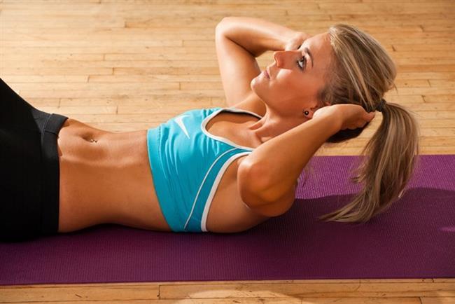 İşte Evde 15 Dakika Ayırarak Yapabileceğiniz Bazı Egzersizler:  Egzersizleri yaparken öncelikle şunlara dikkat etmek gerekiyor;  • Her hareketi 6-10 defa uyguladıktan sonra diğerine geçmek, 4 hareketi bitirdikten sonra bir dakika dinlenip yeniden tekrarlamak gerekiyor.  • Hareketleri 6-10 defa tekrarlayabileceğin bir ağırlık kullanmalısınız.  • Yaz başına kadar verimli bir sonuç almak istiyorsanız egzersizi haftada en az iki-üç kez uygulayın.