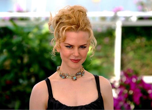 Nicole Kidman imrenilen saç rengini korumak ve saçlarının parlak görünmesini sağlamak için banyodan sonra saçlarını kızılcık suyu ile yıkıyormuş.