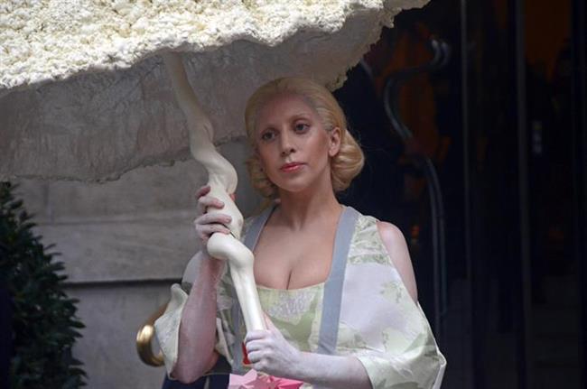 Lady Gaga'nın bu listede olması hiçbirinizi şaşırtmadı değil mi? Ünlü şarkıcının bu listeye girmesinin nedeni ise makyaj temizleme yöntemi. Gaga'nın makyözü, yıldızın koyu göz makyajını temizlemek için selobant kullanmış.