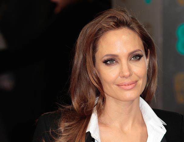 Dünyaca ünlü starların güzellik sırlarını sizin için araştırdık. İlginç yöntemler deneyenler var. Farklı uygulamalarla güzelleşmeye çalışan yıldızların reçetelerinden, belki siz de kendinize uygun bir şeyler bulabilirsiniz.  Angelina Jolie doğumlarından sonra vücudundaki çatlakları ve izleri yok etmek için havyar kullanmış.
