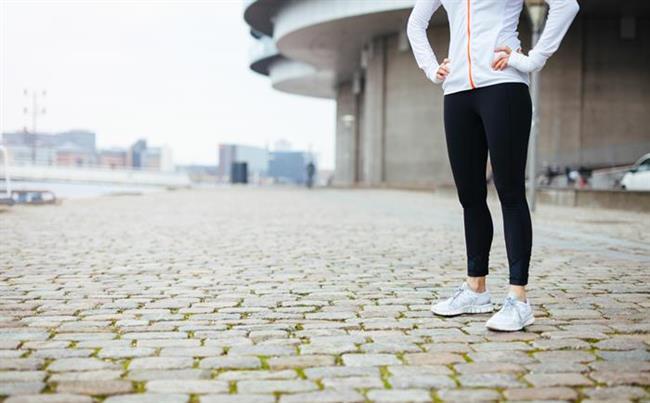 -Tam destek sağlamak için ayaklarınızı yeterince açın. Herhangi bir iş yaparken, bir eşya kaldırırken ya da taşırken, ayaklarınızı açarak kendinize iyi bir destek sağlayabilirsiniz.   -Uzun süre ayakta kalmanızı gerektirecek bir iş yaparken (örneğin ütü yaparken), bir bacağınızı daha yükseğe koymanızı sağlayacak bir eşya kullanın. Böylece belinize binecek yükü ortadan kaldırmış ve bacak kaslarınızdan yararlanmış olursunuz.