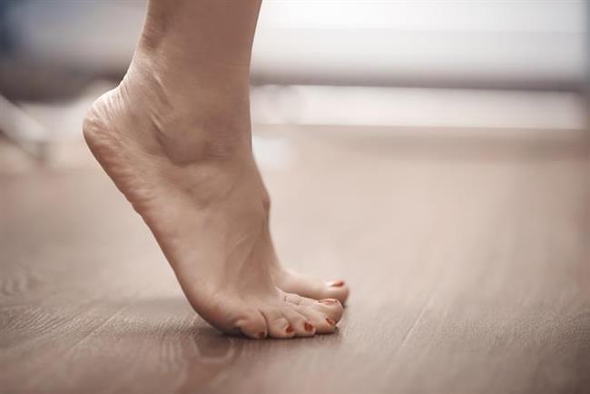 Ayak parmakucunda yükselerek esnetme egzersizi   Başınız tavana bakacak şekilde ayak parmakuçlarınızda yükselin. Yeniden alçalırken başınızı havada tutmayı sürdürün. Böylelikle tüm sırt bölgenizi esnetmiş olursunuz.