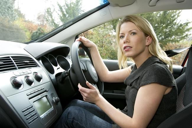 Arabada   Arabadayken de hareketsiz kalmayın. Kasık kemiğinizi eğmek için, karın kaslarınızı kullanarak leğen kemiğinizi hareket ettirin. Ardından aynı hareketi ters yönde, bu defa kuyruk kemiğini eğmek için yapın. Bacak yan kaslarınızı kullanarak kalçalarınızı hareket ettirin. Tüm egzersizlerde yaptığınız hareketi 3 saniye koruyun.
