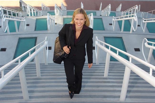Ofiste   Arada molalar vererek sandalyenizden kalkın ve hareket edin. Her 30 dakikada bir mola vermek için gerekiyorsa saatinizin alarmını kullanın. Eğer imkan dahilindeyse, daha uzun molalar verip yürüyüşe çıkın. Ya da merdiven inip-çıkmayı deneyin.