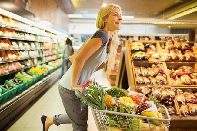 Alışverişte   Çok az şey alacaksanız bile, süpermarkete girdiğinizde bir alışveriş arabası alın. Alışveriş arabasının tutma yerlerini kullanarak ayak parmakucunda yükselme egzersizlerini yapabilirsiniz. Ayrıca alışveriş arabası kullanarak bel ve bacaklarınıza binecek baskıyı ortadan kaldırmış olursunuz. Çok fazla başıboş dolaşmaktan uzak durun, bacaklarınızı sürekli hareket halinde tutun ve alışveriş sonrasında aldıklarınızı iki torbaya eşit ağırlıklarda dağıtmayı unutmayın.