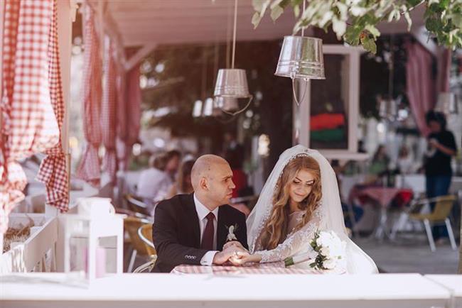 """Eskiden beri """"ne kadar geç evlenirsen o kadar uzun evli kalırsın"""" inanışı hakimdi, ancak araştırmalar bunun doğru olmadığını söylüyor."""
