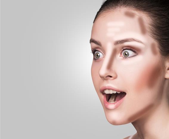Kemerli Burun Makyajı Nasıl Yapılır?  Burnumuz yüzümüzde dikkati ilk çeken yerdir. Çünkü yüzümüzün tam ortasındadır. Burnunun şeklinden rahatsızlık duyuyorsanız bu yöntemlerle burnunuzun daha şekilli olmasını sağlayabilirsiniz. Burunları kemerli olanlar kontürleme tekniğiyle yüzlerindeki beğendikleri bölgeyi ortaya çıkarırken beğenmedikleri bölgeyi gizler ve gölgelemiş olurlar.