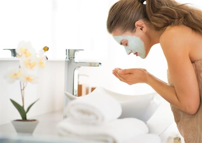 7 - Siyah Noktalara Karşı Kil Maskesi  Kil maskesi cilt gözeneklerinin derinlemesine temizlenmesinde en etkili maskelerden biridir. Kozmetik mağazalarda hazır olarak bulabileceğiniz kil maskesini gerekli malzemeleri bulabilirseniz evde de kolayca hazırlayabilirsiniz. Kil maskesini evde hazırlarken toz kili yoğun bir krem kıvamına gelinceye kadar elma sirkesiyle karıştırın. Gereken kıvamı elde etmek için sirkeyi azar azar dökün. Karışımı yüzünüze sürdükten sonra 10-15 dakika bekleyin. Parmağınızla maskeye dokunduğunuzda kuru olması gerekiyor. Daha sonra ılık suyla maskeyi çıkabilirsiniz.