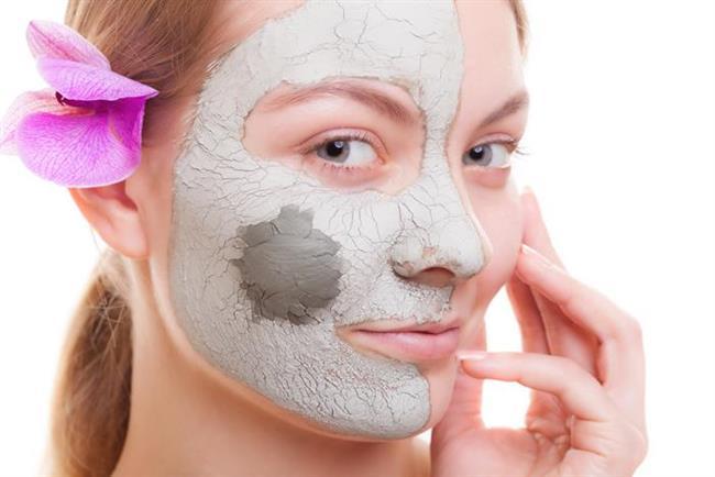 1 - Siyah Noktalar için Maske Tarifi  1,5 tatlı kaşığı kil 1 tatlı kaşıı badem yağı 1 tatlı kaşığı bal  Malzemelerin hepsini karıştırarak cildinize sürün. 40 dakika beklettikten sonra yıkayın. Yüzünüzü yıkadıktan sonra cildinizi bir de soğuk su ile yıkayın. Bir nemlendirici sürerek işleme son verebilirsiniz.Bu maskeyi haftada 1 kez uygulayabilirsiniz.