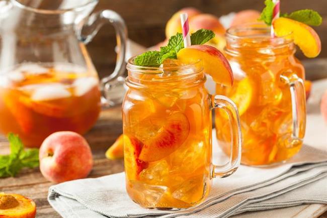 5. Şeftalili yeşil çay    Sindirimi kolaylaştıran, A ve C vitaminlerinden zengin olan şeftali yazın en güzel meyvelerinden biri. Şeftaliyi çaylarınızda püre haline getirerek kullanabileceğiniz gibi, kabuklarıyla doğrayarak 1.5 litre su ve 1 fincan yeşil çayın içinde bir gece bekletebilir ve içebilirsiniz.