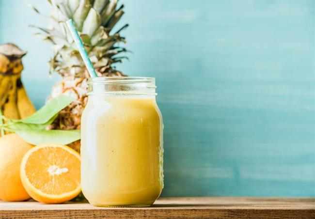 8. Ananaslı süt   Bağışıklık sistemini güçlendiren, yüksek miktarda C vitamini içeren ananas aynı zamanda barındırdığı bromelain sayesinde de sindirime yardımcı oluyor. Bu faydalı meyveyi 1 halka şeklinde kesin ve 1 su bardağı sütle birlikte robottan geçirin. İsteğinize göre; hindistan cevizi veya tarçın ilave edebilirsiniz.