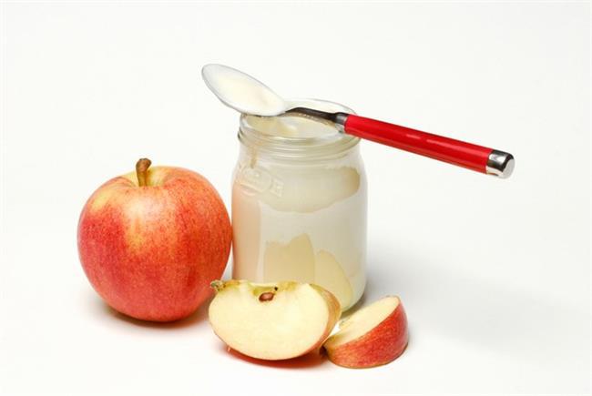 3. Yoğurt, elma ve salatalık bir arada  Hem iyi bir kalsiyum kaynağı olan hem de sağlıklı bağırsaklar için olmazsa olmaz olan yoğurtla harika bir içecek yapabilirsiniz. Yapmanız gereken tek şey: 1 su bardağı yoğurt, 3 bardak su, 2-3 dilim elma ve 1-2 salatalığı blenderdan geçirmek olacak.