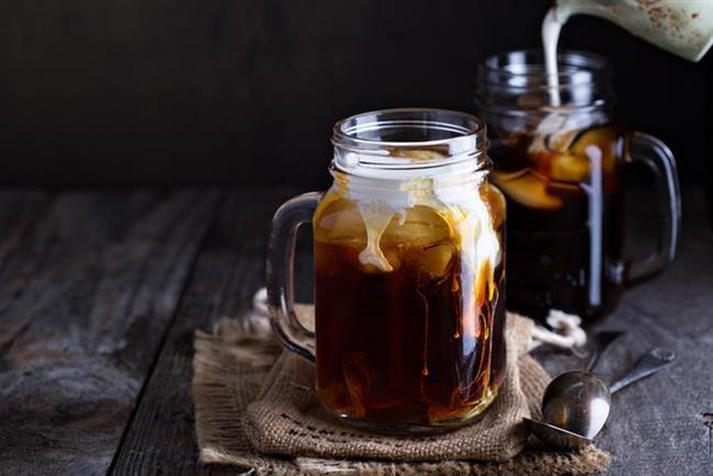 4. Soğuk kahve  Kahve severler için hem tok tutan hem serinleten ara öğün alternatifi olabilecek bir tarif soğuk kahve. Kahveyi buz kalıplarında dondurun, ½ su bardağı soğuk süte ½ çay kaşığı tarçın ilave ederek karıştırın ve kahveli buz kalıplarını içine atın. Buz kalıplarında dondurduğunuz kahveniz filtre kahve de olabilir, telvesi süzülmüş Türk kahvesi de.