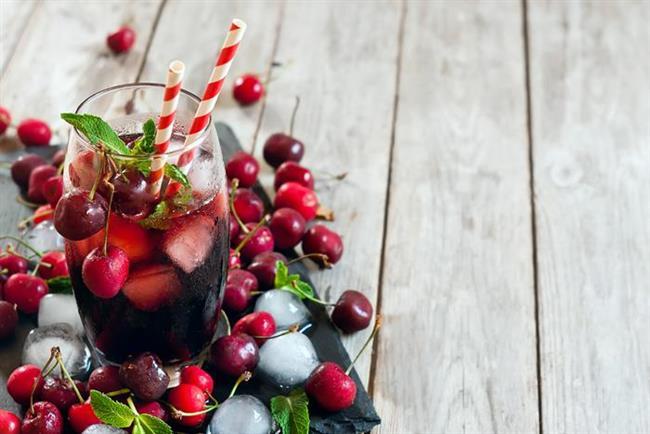 7. Kirazlı buzlu içecek   1 su bardağı kadar, yani yaklaşık 15 adet kirazın çekirdeklerini çıkarın ve buz kalıplarına yerleştirin, üzerine su ilave ederek dondurun. 1 şişe sade maden suyunun içine kirazlı buzları ekleyin. Harika görüntüsünün yanı sıra serinleten içeceğiniz hazır olacaktır. Kirazın melatonin içeriği ile uykuyu düzenlemeye yardımcı olmasının yanı sıra A, C vitamini ve lif içerdiğini unutmayın.