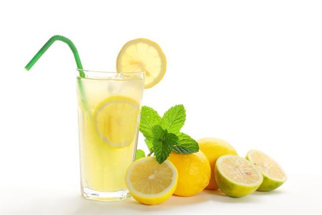 1. Şekersiz limonata   4-5 bardak suyun içine 3 adet limon sıkın ve 1 adet limon kabuğu rendeleyin. 1 tatlı kaşığı bal ilave edin ve içeceği nane yapraklarıyla süsleyin. Dolapta veya buzlukta beklettikten sonra serinleten şekersiz limonatanızı içebilirsiniz.