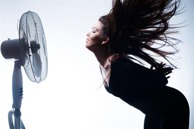 """1. Ev içinde hava dolaşımını sağlamak için vantilatör ve tavan pervanesi kullanın. Sıcak havayı dışarı atmak için kapıları açmak ve vantilatör kullanmak bir """"egzoz"""" sistemi olarak görev yapabilir ev içindeki her şeyi biraz daha serinletebilir. Daha serin olan akşamlarda bütün pencereleri açın ve mümkün olduğu kadar çok hava dolaşımına izin verin. Güneş doğduğunda ise evi mümkün olduğu kadar uzun süre serin tutabilmek için bütün kapı ve pencereleri kapatın; perde ve panjurları da kapattığınızdan emin olun. Akşamları veya geceleri hava tekrar serinlediğinde de camları ve vantilatörleri tekrar devreye sokun."""