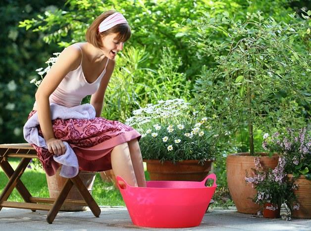 2. Suyun serinletici gücünden faydalanın. Kovalara su doldurup ayaklarınızı ıslatın. Islak havlu ve bandanalar baş üzerine veya omuzlara konduğunda serinletici bir etki yapar. Serin duşlar alın, soğuk suyla dolu bir şişeden su püskürtmeyi deneyin.
