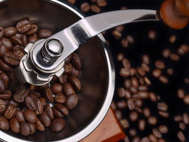 KAFEİN   Cildi susuz bırakan bir besindir kafein ve vücutta stres hormonu salgılar. Bu durum da cildin erken yaşlanmasına neden olur. Kafeini elbette tüketmeliyiz ama fazlasından kaçınarak.
