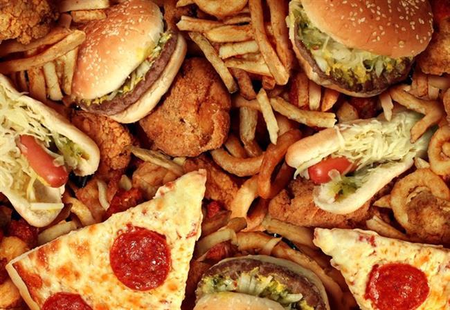 YAĞ   Özellikle kötü yağlardan uzak durmak cilt sağlığı için temel şarttır. Fakat beslenme yağları hayatımızdan tamamen çıkartmak doğru olmaz. Sadece kalitesiz yağlardan uzak durmalı ve çok miktarda tüketmemeliyiz. Örneğin kırmızı et, mayonez, patates cipsi, margarin, fast-food ürünler yerine zeytinyağı, soya yağı, fındık, balık tüketmelisiniz.