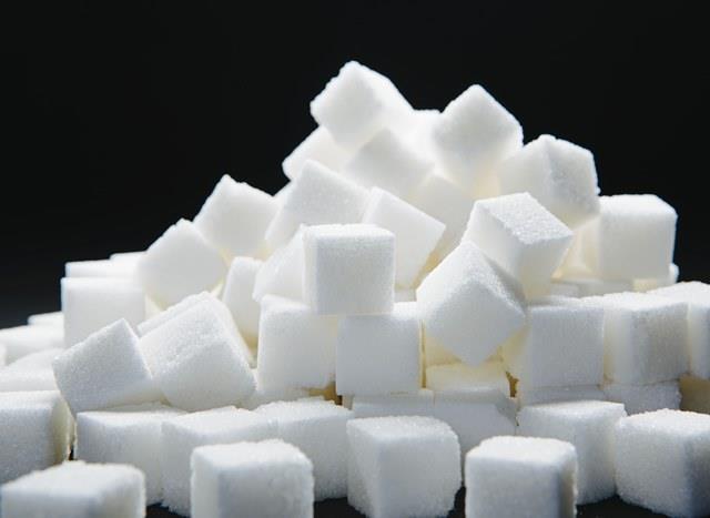 ŞEKER   Ciltteki kızarıkların, kahverengi lekelerin başlıca sebebi şekerdir. Çünkü sağlıksız şekerler ciltte renk dengesizliği yaratabilir. Bunun temel sebebi şekerin kalsiyum ve mineralleri emmesi, bunun üzerine de vücutta doku kaybı yaşanmasıdır. Ayrıca şeker, cildinizin gevşek bir görünüme sahip olmasına da neden olur.