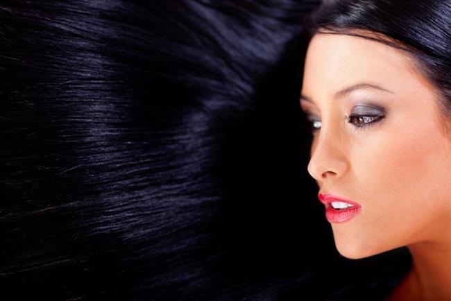 Çok Koyu Saçlara Hayır!   Saçlarınız çok koyu olduğunda yüzünüzdeki renk dağılımı daha göz önünde olur bu da şişkinliklerin, çizgilerin, kırışıklıkların ve gözaltındaki torbaların daha kolay görünmesine neden olur. Hem çok koyu saç keskinleştirir ki bu da olgun kadınlardan beklenen bir şeydir. 30 yaşını geçen kadınların koyu saçlarının biraz açılması gerektiği önerilir.