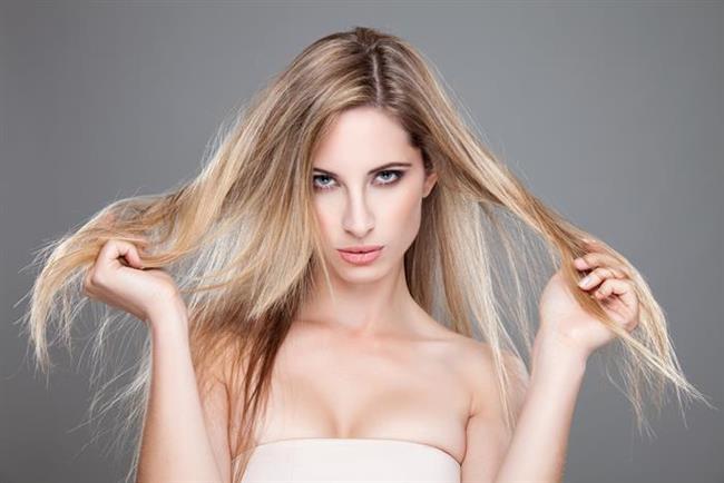 Bakımsız Ve Kuru Saçlar   Saçlarınızın bakımsız ve uçlarının kırık olması parlaklığını olumsuz yönde etkiler. Parlak olmayan saçlar yaşlı görünmenize neden olur. Saçlarınızın sizi daha genç göstermesini istiyorsanız sık sık uçlarını aldırın ve besleyici bakım kremleri ve maskeler kullanarak onlara bakım yapın.