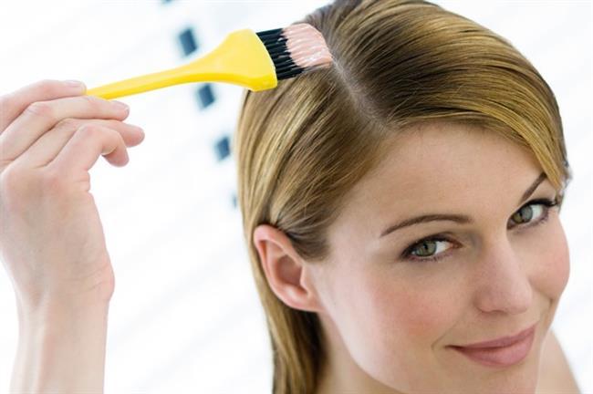 Derin temizleyicileri boyadan önce kullanın   Boyaya gitmeden önce saçtaki tüm kalıntıları – kir, sprey, vs.- temizleyen arındırıcı özel şampuanlardan kullanın. Böylece boya saç derinize daha iyi nükseder. Fakat bu tarz şampuanları sık kullanmayın, boyadan önce olması idealdir.
